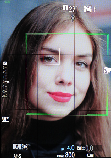 Функция определения глаз доступна при следящей и серийной съёмке. Работает  она довольно уверенно, в случае выбора варианта «Лица Вкл   Глаза Авто»  старается ... a6e49b213d0