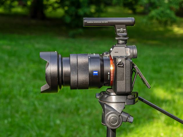 Микрофон Sony ECM-GZ1M без ветрозащитной насадки на беззеркальной камере Sony.