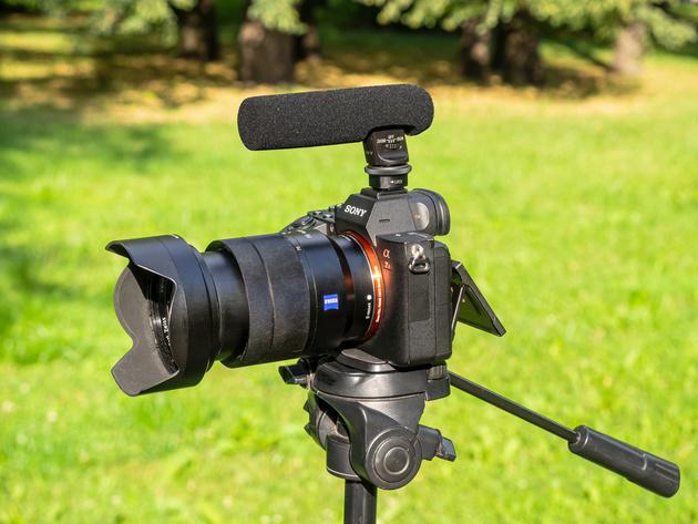 Микрофон Sony ECM-GZ1M с ветрозащитной насадкой на беззеркальной камере Sony.