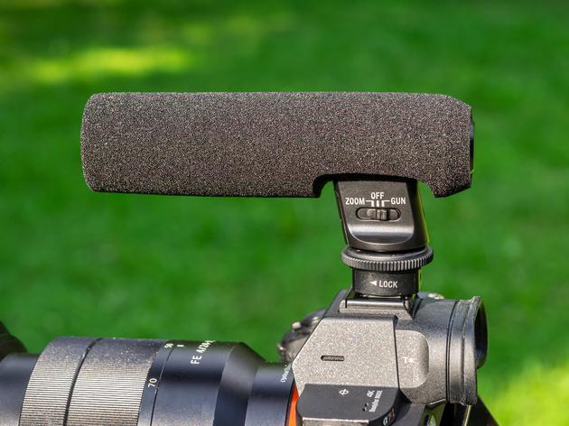На основании микрофона ECM-GZ1M находится переключатель режима работы.