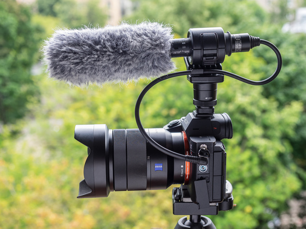 Микрофон Sony ECM-CG60 установлен на беззеркальную камеру Sony.