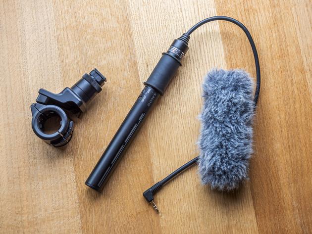 Комплект микрофона Sony ECM-CG60: держатель, микрофон, ветрозащитная насадка.