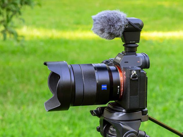 Микрофон Sony ECM-XYST1M подключён к беззеркальной камере Sony через мультиконтактный интерфейс.