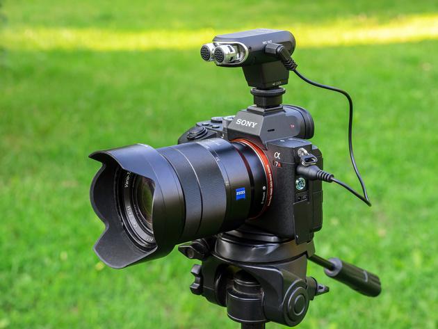 Микрофон Sony ECM-XYST1M подключён к беззеркальной камере Sony через кабель.
