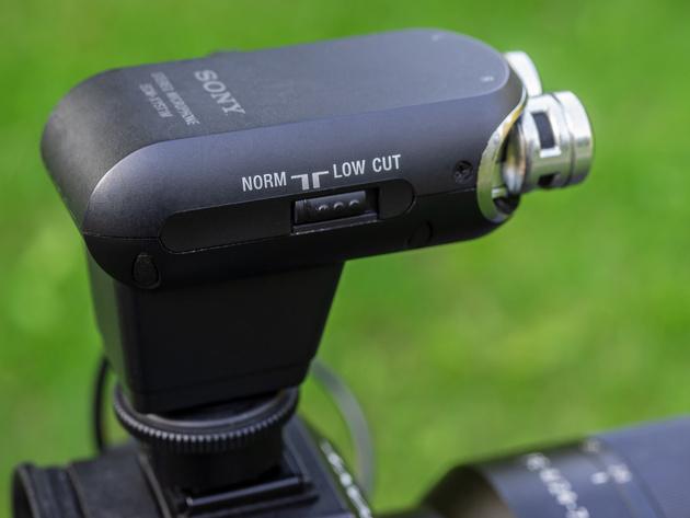 На корпусе ECM-XYST1M имеется переключатель фильтра-отсекателя низких частот.