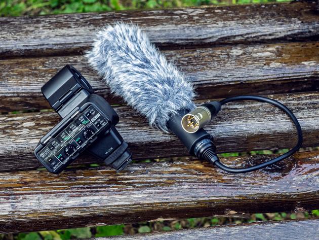 Комплект XLR-K2M включает микрофон ECM-XM1 и адаптер XLR-A2M.