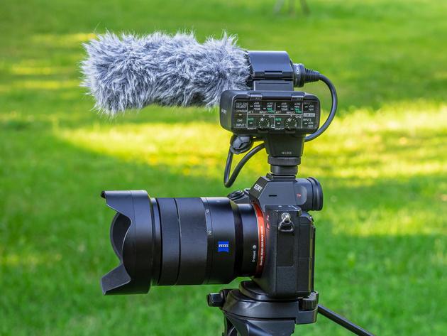 Комплект Sony XLR-K2M на беззеркальной камере Sony.